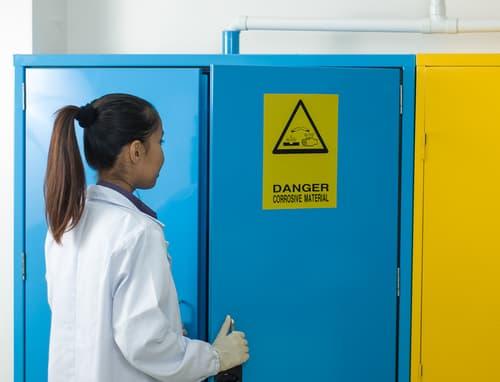 sắp xếp tủ đựng hóa chất an toàn dễ cháy